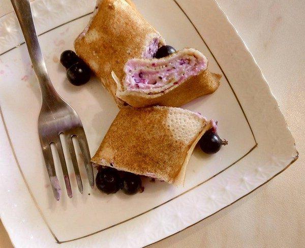 Вкусный фаршированные блинчик с творожно-ягодной начинкой на завтрак