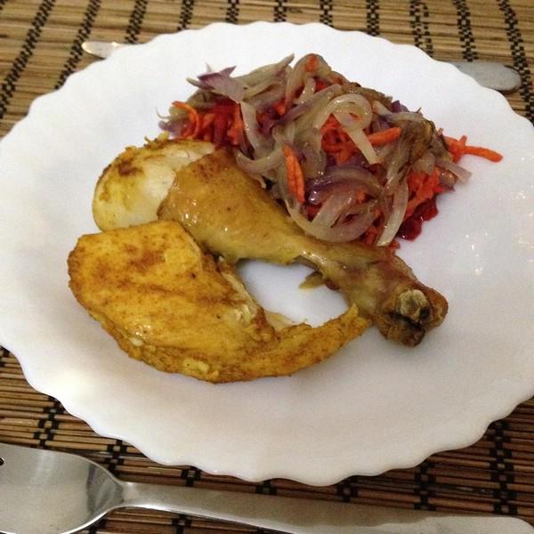 Курица со свеклой и луком