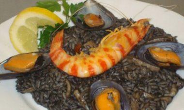 Черная паэлья с королевскими креветками — вкусный рецепт