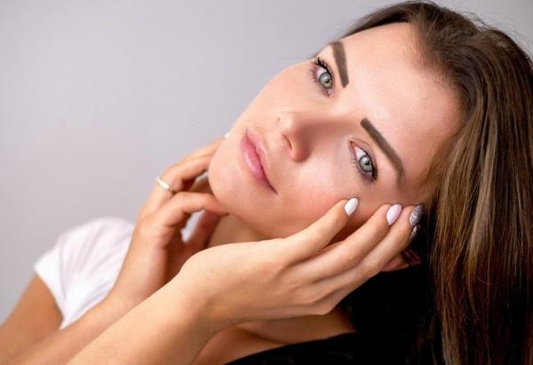 Как зрительно уменьшить лицо с помощью макияжа и прически: 10 идей